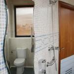 Baño de la Residencia Asisttel para mayores situada en el Aljarafe