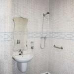 Ducha de la Residencia Asisttel para mayores situada en el Aljarafe